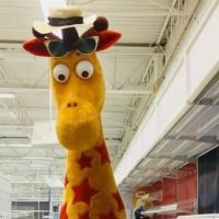 Toys 'R Us fans devastated as Geoffrey the Giraffe leaves store for last time