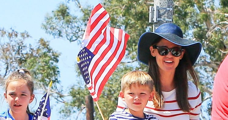 Jennifer Garner Rides in Fourth of July Parade With Kids: Pics