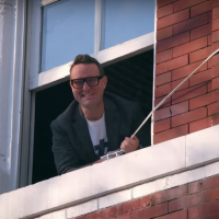 Netflix's First Original Home Makeover Show Stars This Real Estate Expert-To-The-Stars