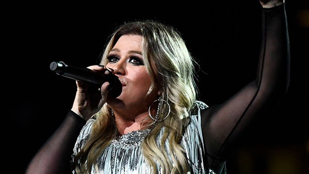 Kelly Clarkson Gives Epic Performance At U.S. Open & Jokes She Loves 'Opening For Serena Williams'