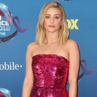 Lili Reinhart Channels Elle Woods In Hot Pink Sequin Dress At The Teen Choice Awards