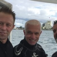 Australian Navy chief dons wetsuit to see Endeavour up close
