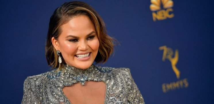 Chrissy Teigen Claps Back Perfect Response At Body-Shamer While At the 2018 Emmy Awards