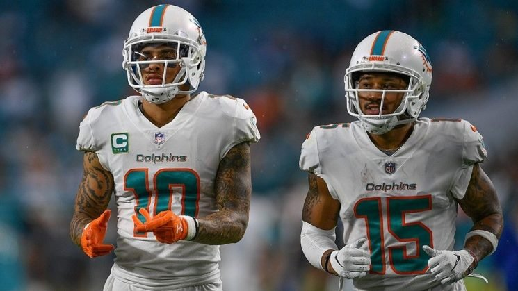 Dolphins players continue to kneel during national anthem