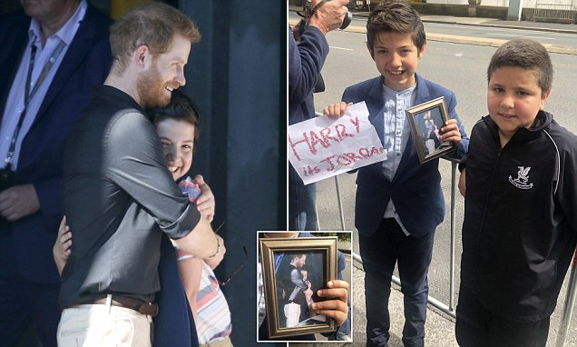 Boy who hugged Prince Harry at Harbour Bridge returns to barricades