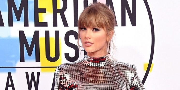 Taylor Swift's AMAs Dress Holds a Mirror Up to Society