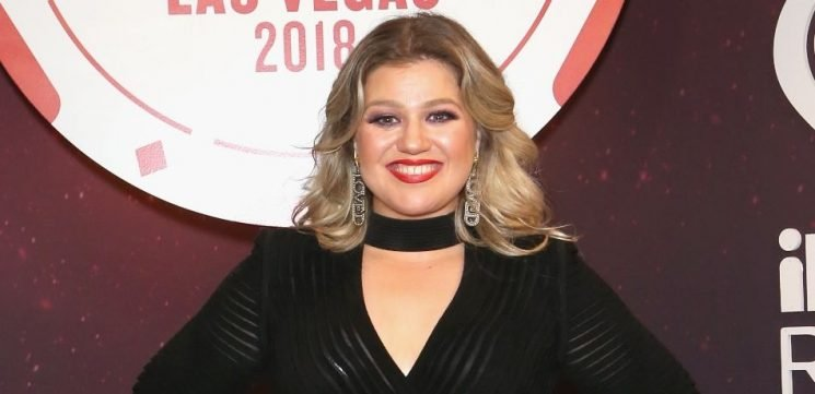 Kelly Clarkson Goes Without Makeup For Hilariously Unglamorous Photo