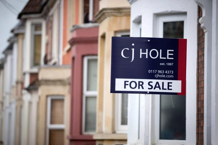 Four in ten young Brits 'would NOT be able to buy cheapest homes even with a 10 per cent deposit'