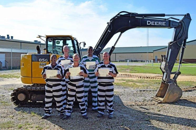 Florida inmates volunteer to clear Hurricane Michael debris
