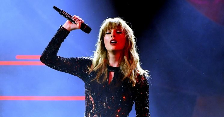 Taylor Swift Performs 'I Did Something Bad' at American Music Awards 2018 (Video)