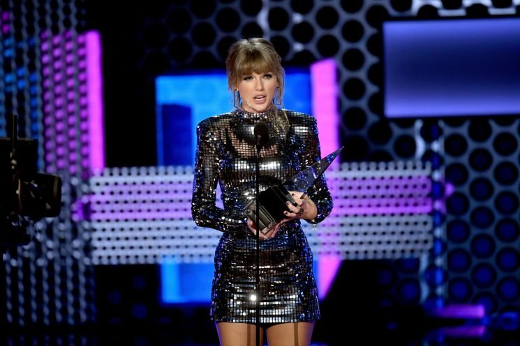 Taylor Swift encourages crowd to 'get out and vote' at AMAs