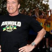 Arnold Schwarzenegger pumps up LeBron while pumping iron