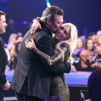 Blake Shelton Pulls Girlfriend Gwen Stefani Onstage After Winning People's Choice Award