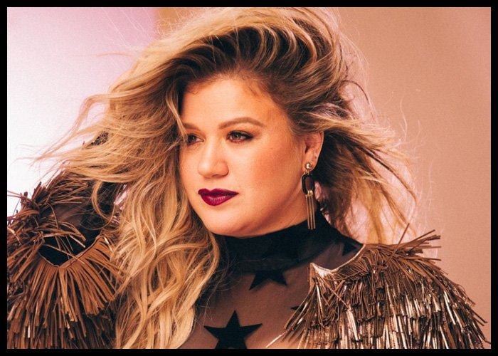 Kelly Clarkson Joins Macy's Thanksgiving Day Parade Performers