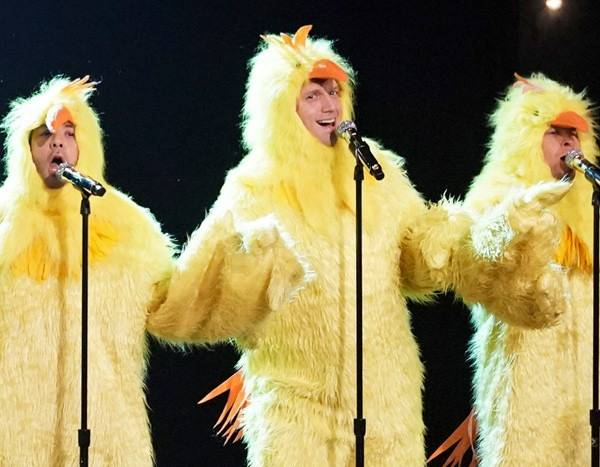The Backstreet Boys Perform a Cluckin' Good Version of ''Everybody''