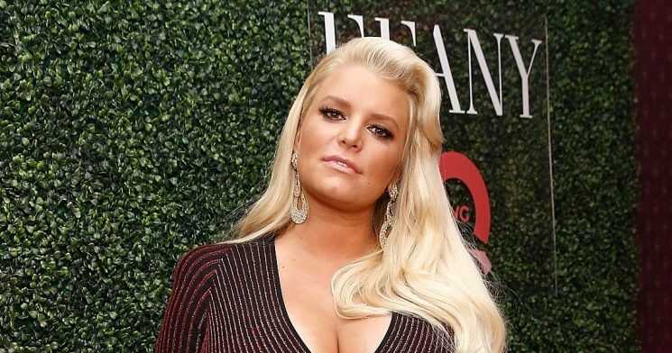 LOL! Pregnant Jessica Simpson Issues Warning After Breaking Toilet Seat