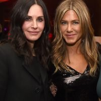 Courteney Cox Talked About How Jennifer Aniston Helped Her With THAT 'Friends' Building Video