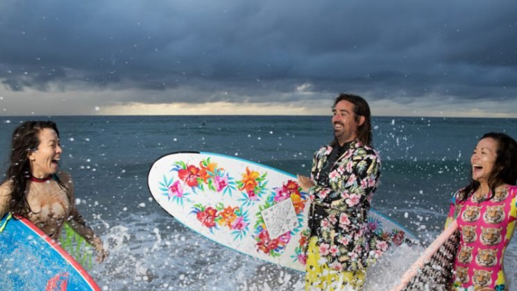 Free surfboard scheme encourages 'saltwater therapy' for mental health