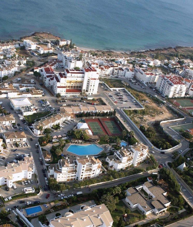 Where in Portugal did Madeleine McCann vanish and where is the Ocean Club in Praia da Luz?